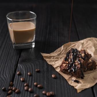 Glas kaffee mit glasiertem kuchen