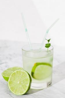Glas kalkgetränk auf tabelle