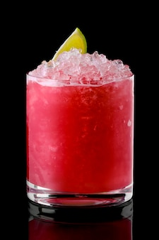 Glas kalter cranberry-cocktail mit crushed ice isoliert