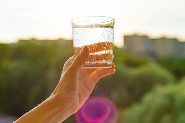 Glas klares, ökologiewasser in der hand