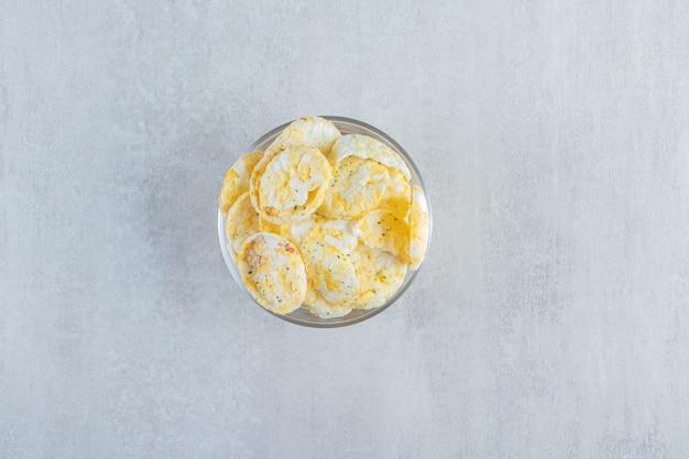 Glas köstliche knusprige reiskuchen auf stein.