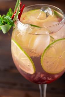 Glas köstliches alkoholisches cocktail auf dunklem hintergrund