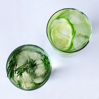 Glas kohlensäurehaltiges getränk mit kalkscheiben