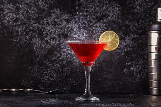 Glas kosmopolitischen cocktail mit limette verziert