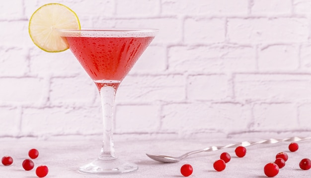 Glas kosmopolitischen cocktails mit limette dekoriert, selektiver fokus