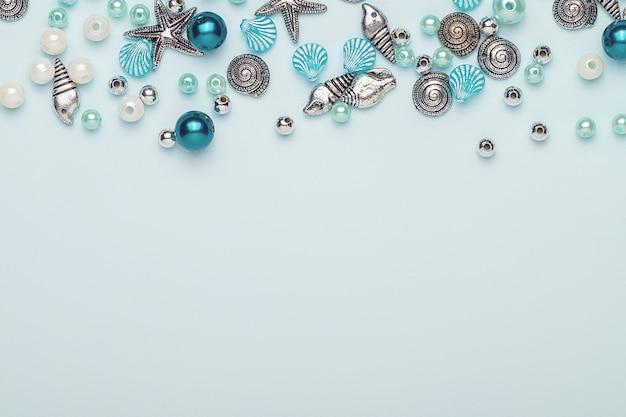 Glas-, kunststoff-, metallperlen. perlen in form von muscheln.