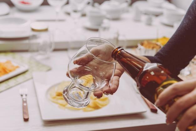Glas lagerbier in den händen
