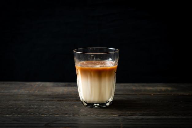 Glas lattekaffee, kaffee mit milch auf holzhintergrund