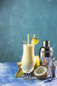 Glas leckeren gefrorenen pina colada traditioneller karibischer cocktail, dekoriert mit einer ananasscheibe