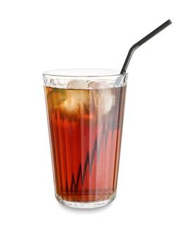 Glas leckerer cuba libre cocktail auf weißer oberfläche
