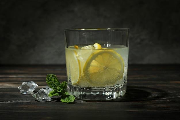 Glas limonade auf holztisch, nahaufnahme
