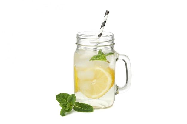 Glas limonade isoliert auf weißer oberfläche