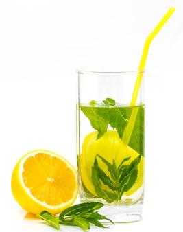 Glas limonade lokalisiert auf weißem hintergrund