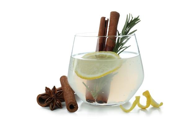 Glas limonade mit zimt und rosmarin isoliert auf weißer oberfläche
