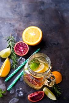 Glas limonade mit zitrusfrüchten