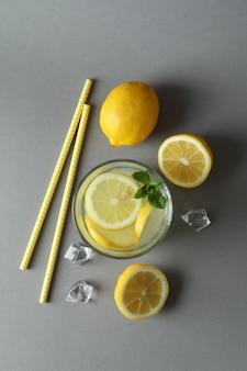 Glas limonade und zutaten auf hellgrauer oberfläche