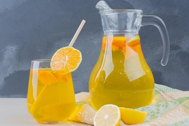 Glas limonaden mit zitronenscheiben