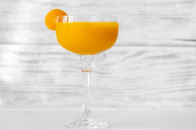 Glas mango-cocktail auf weißem hintergrund