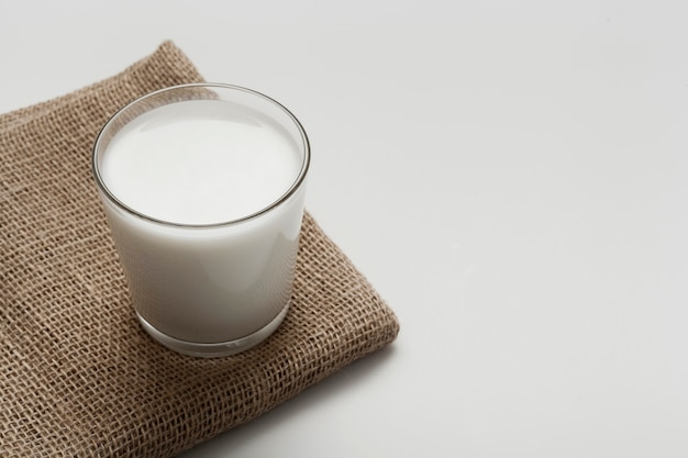 Glas milch auf braunem stoff