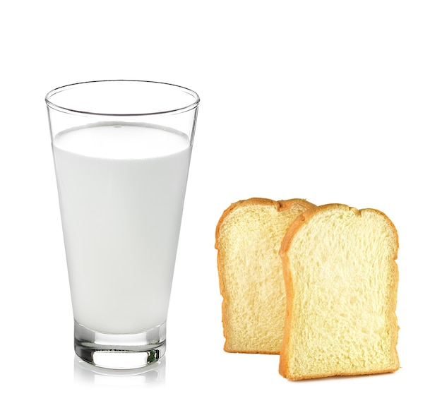 Glas milch, brot isoliert auf weiß