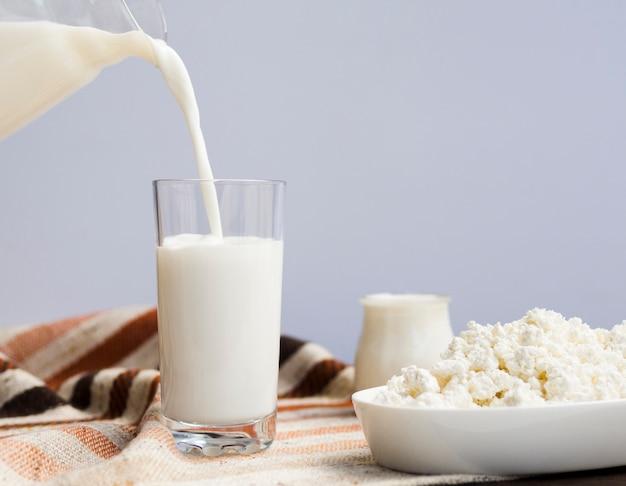 Glas milch, joghurt und hüttenkäse