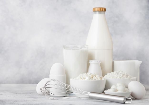 Glas milch, schüssel sauerrahm und eier