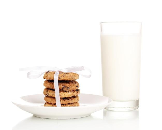 Glas milch und kekse isoliert auf weiss