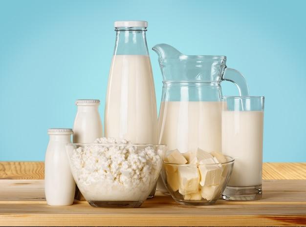 Glas milch und milchprodukte im hintergrund