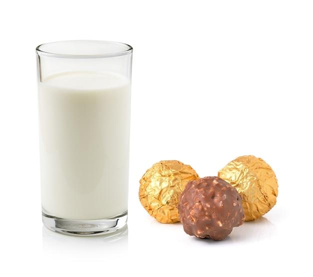 Glas milch und schokoladenball lokalisiert auf weiß
