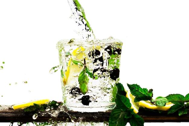Glas mineralwasser oder limonade mit zitrone, schwarzen johannisbeeren und minzblättern einzeln auf weiß. wasser mit spritzern und tropfen fließt in ein glas
