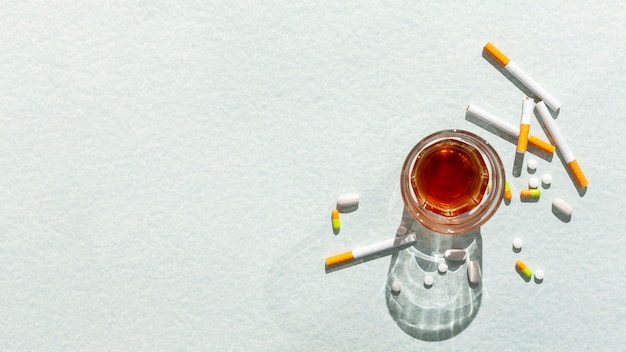 Glas mit alkohol und zigaretten