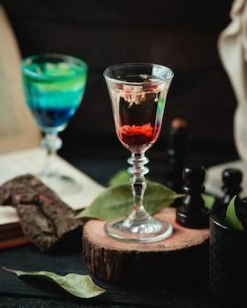 Glas mit alkoholischem getränk auf dem tisch