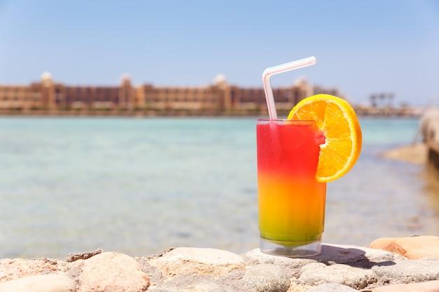 Glas mit buntem cocktail