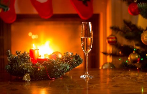 Glas mit champagner auf dem weihnachtstisch