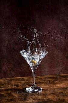 Glas mit champagner und oliven