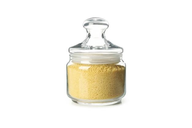 Glas mit couscous lokalisiert auf weißem hintergrund