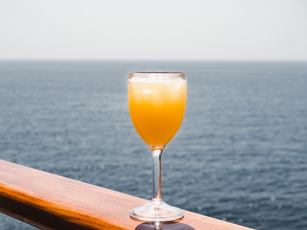 Glas mit einem cocktail und eiswürfeln