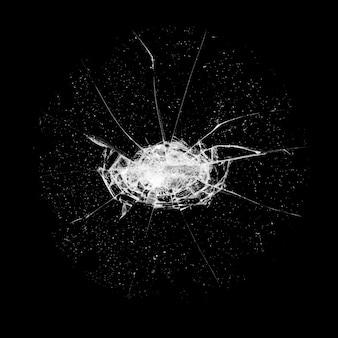 Glas mit einem loch und rissen auf schwarzem hintergrund isoliert