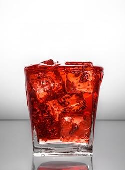 Glas mit eis und flüssigkeitsspritzer