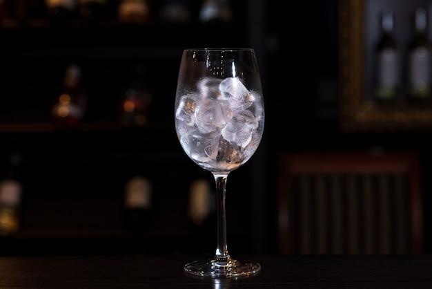 Glas mit eiswürfeln auf der bar