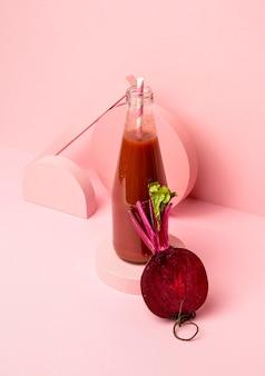 Glas mit frischem rote-bete-smoothie auf dem schreibtisch