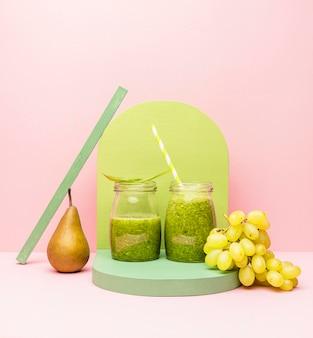 Glas mit frischem smoothie aus birnen und trauben
