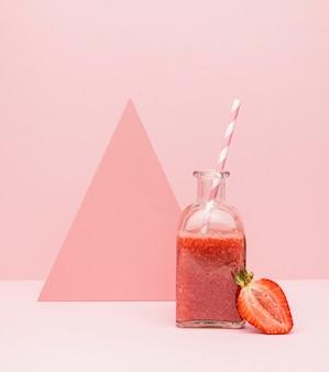 Glas mit frischem smoothie erdbeere auf dem schreibtisch