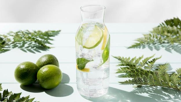 Glas mit frischer zitrone und limette