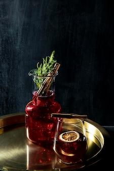 Glas mit fruchtigem getränk auf dem schreibtisch