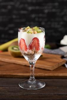 Glas mit früchten und joghurt