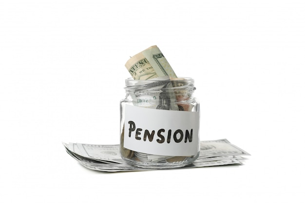Glas mit geld und inschrift pension isoliert auf weißer oberfläche