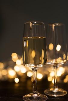 Glas mit getränk an bord