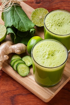 Glas mit grünem saft
