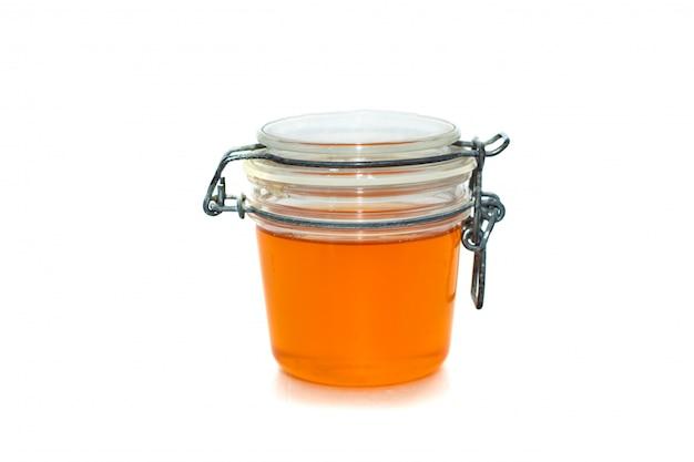 Glas mit honig. auf weiß isoliert.